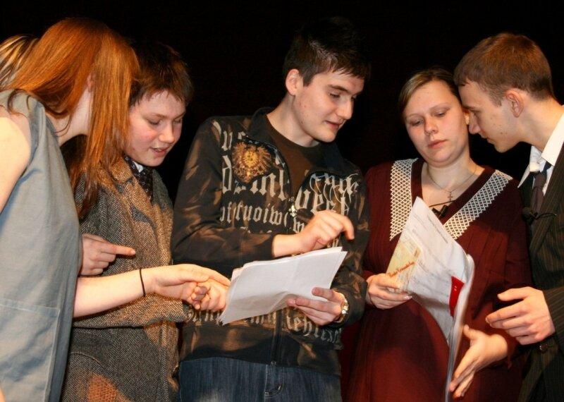 """<p class=""""artikelinhalt"""">Kevin Lange (Mitte) spricht mit den Schauspielern noch einmal die Texte ab. </p>"""