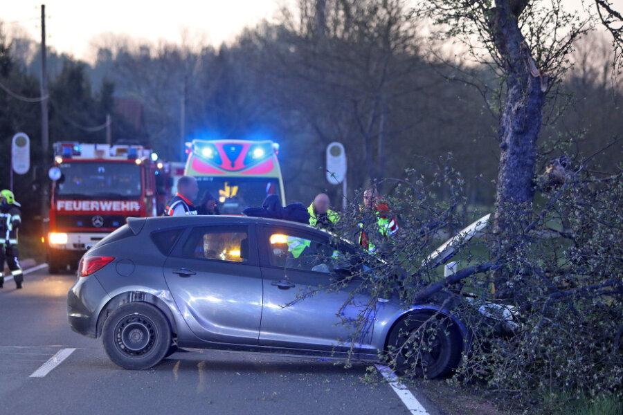 St.-Egidien: Opel-Fahrer fährt gegen Baum