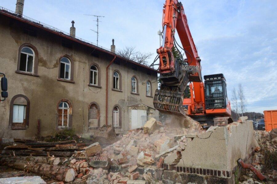 Ein Teil des Bahnhofs ist schon abgerissen worden.
