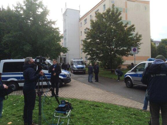 Neben Einsatzkräften der Polizei bfinden sich derzeit auch viele Fernsehteams an der Straße Usti nad Labem in Chemnitz.