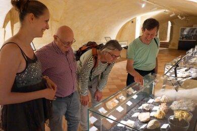 Petr Rojík (rechts) in der neuen Gesteinsschau im Museum Falkenau/Sokolov. Links Museumsmitarbeiterin AnnaKyselová, in der Mitte die Wissenschaftler Ivo Prikul (2. von links) und Miroslav Kosik.