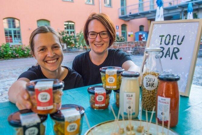 Lisa Preuße (links) und Julia Jeschek stellen selbst Tofu her. Verkauft wird der derzeit alle 14 Tage in der Schönherrfabrik.