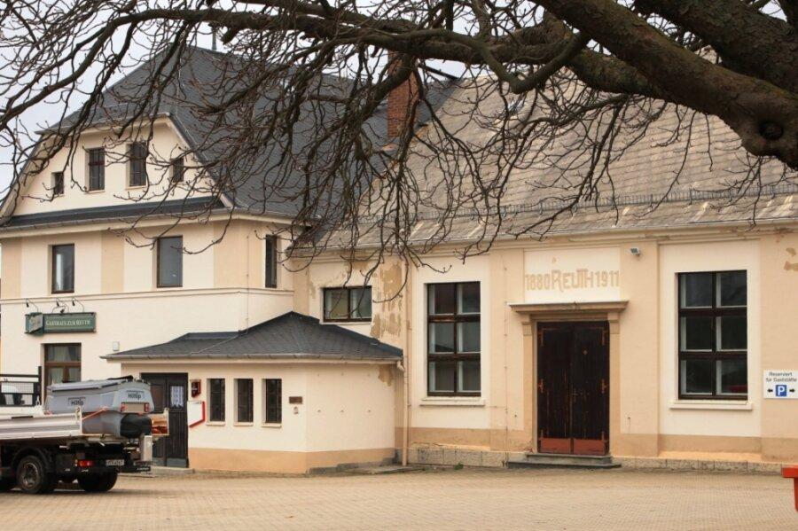 Das Volksheim im Neumarker Ortsteil Reuth hat schon bessere Tage gesehen. Kleine Reparatur- und Verschönerungsarbeiten erledigen die Dorfbewohner selbst. Für die Dachsanierung sind sie aber auf Hilfe der Gemeinde und Fördermittel angewiesen.