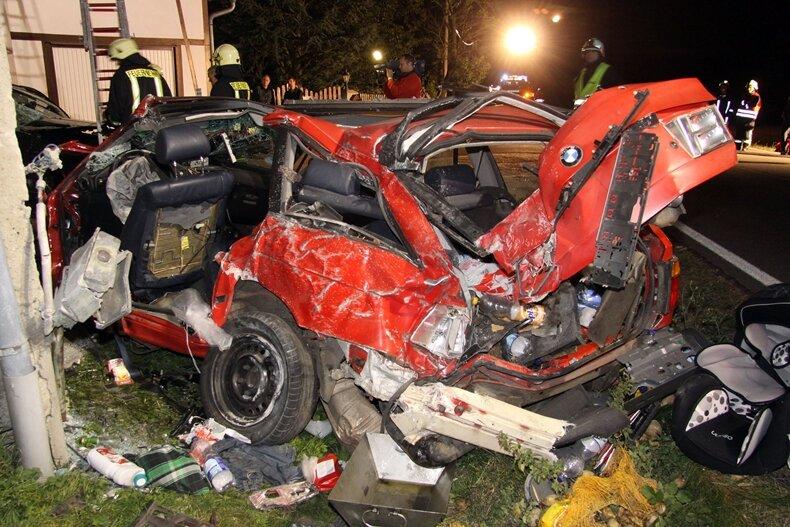 Der BMW schleuderte quer über die Fahrbahn, stieß gegen einen parkenden Citroen und prallte anschließend mit hoher Wucht gegen eine Hauswand. Der 25-jährige Fahrer starb noch im Fahrzeug.
