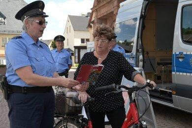 Polizeihauptmeisterin Katrin Michel (li.) im Gespräch mit Regina Jung, die sich für Prävention interessiert hat.
