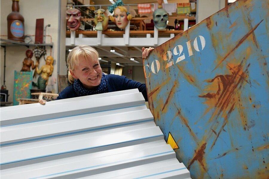 Im Malsaal des Mittelsächsischen Theaters in Freiberg zeigt Theatermalerin Karin Freiwerth einen Vorentwurf sowie Trapezblech, das für den Container auf der Bühne verwendet wurde.