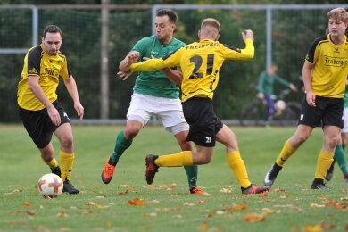 Fußball SV Lichtenberg (grün)  mit Danny Kluge  im Spiel gegen die Mannschaft des BSC Freiberg mit Meik Mehner, Patrice Göll und Hans Rudolph (v.l).