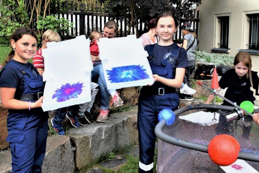 Mister Lou (rechts) lässt Kinder für bunte Bilder strampeln. Madlen, Nora und Maxi gefiel nicht nur dieses Angebot beim Straßenfest rund um den Johannisplatz.