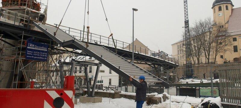 """<p class=""""artikelinhalt"""">Am Donnerstag wurde die rund 6,5 Tonnen schwere Treppe am Stadtsteg installiert. Damit sind die wichtigsten Arbeiten abgeschlossen. </p>"""