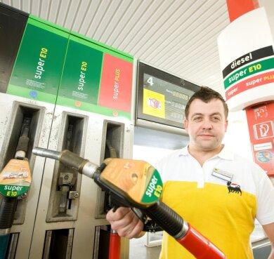 """<p class=""""artikelinhalt"""">So viel Verwirrung um Benzin gab's noch nie. """"Viele kommen vorm Tanken rein und fragen, ob sie E10 nehmen können"""", sagt Ronny Steininger von der Agip an der Oelsnitzer Straße. Was soll er antworten? </p>"""