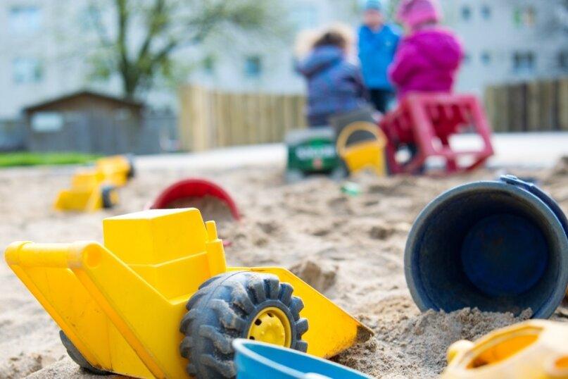 Das Spielzeug einsam im Sandkasten: In den nächsten vier Wochen werden nur noch wenige Jungen und Mädchen in den Kitas der Stadt betreut. Die Eltern müssen für vier Wochen keine Gebühren bezahlen.