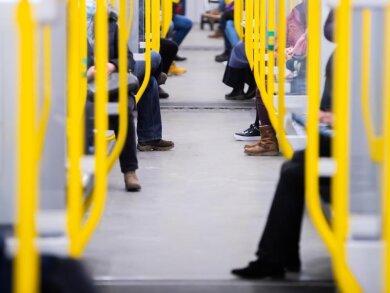 Fahrgäste sitzen in einer Berliner U-Bahn. Die Gewerkschaft Verdi hält Milliardeninvestitionen in den öffentlichen Nahverkehr für nötig.