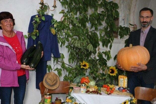 Manuela Wagner von der Plauener Tafel und Pfarrer Rainer Sörgel. Die Erntegaben wurden für soziale Zwecke an die Tafel gespendet.