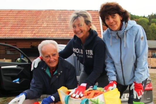 Bernd Unger, Kirsten Reichelt und Barbara Gering brachten einen ganzen Hänger voll Äpfel, Birnen und Möhren mit.