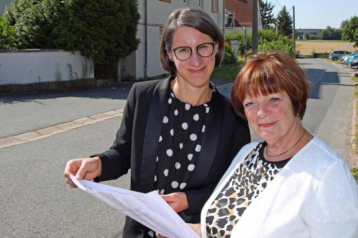 Nadine Luy (links) und Renate Künzel von der WGF an einem geplanten Sanierungsobjekt im Leubnitzer Bauernweg.