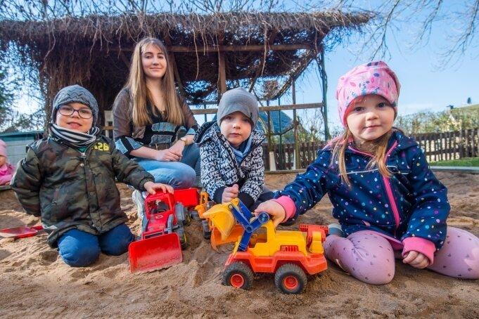 Britt Zierold leistet derzeit ein Freiwilliges Soziales Jahr in der Kindertagesstätte Pünktchen in Neukirchen - und beschäftigt sich hier mit Fritz, Paul und Emma (von links) im großen Sandkasten.