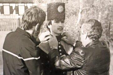 Ein Lehrling wird von Knut Neumann (l.) und Kurt Skokan 1986 probehalber in eine Uniform gesteckt.