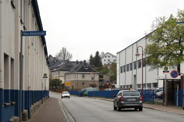 Das Werk von Meleghy Automotive in Bernsbach ist durch die Straße der Einheit zweigeteilt. Die Gebäude linkerhand werden an die Vollmann-Gruppe verkauft. Werkzeugbau und Presswerk rechts der Fahrbahn lässt das Unternehmen modernisieren.