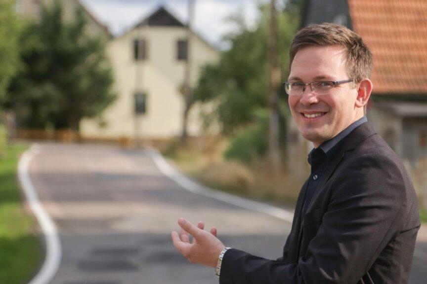 Andreas Heinig kandidiert für die Freie Wählervereinigung Claußnitz für das Bürgermeisteramt. Bei einem Bürgergespräch im Ortsteil Röllingshain hat sich der 31-Jährige den Fragen der Einwohner gestellt.