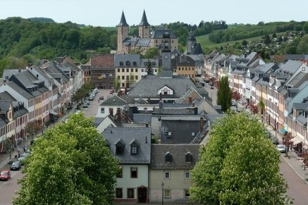 Der Ausblick vom Turm der Kunigundenkirche: Der großzügige Marktplatz und das majestätische Schloss eingebettet in eine wunderbare Natur.