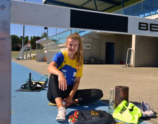 Hürdensprinterin Anne Weigold im Stadion in Mittweida.