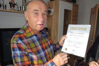 Horst Heinrich freute sich an seinem 80. Geburtstag über die Auszeichnung mit der Goldenen Ehrennadel des TSV Oelsnitz.