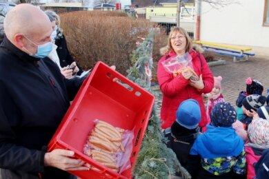 Der Vorsitzende der Agrargenossenschaft Udo Weymann (links) brachte am Montag auch Nikolauswürstchen mit zu den Kindern nach Theuma. Kita-Leiterin Petra Klemet (Mitte) und ihr Team freuten sich.
