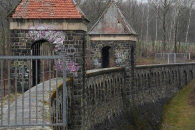 Die Staumauer der Talsperre Euba soll nach Jahren des Stillstandes voraussichtlich ab dem kommenden Jahr saniert werden. Die Vorbereitungen dafür laufen. Doch Stadträte mahnen an, dass es danach mit den Bauarbeiten weitergehen muss.
