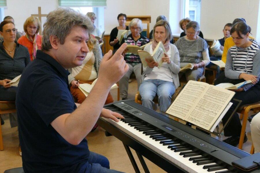 Im Gemeindesaal des Evangelischen Pfarramtes St. Niklas leitete Kantor Enrico Langer fünf gemeinsame Proben, in denen er trotz aller Ernsthaftigkeit seinen Sinn für Humor nie vermissen ließ.