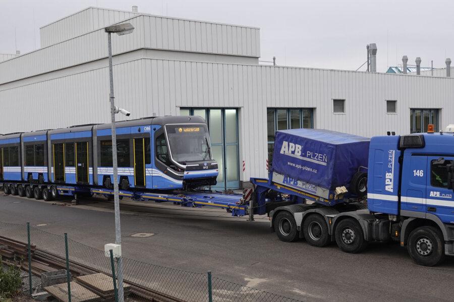 Erste neue Straßenbahn für Chemnitz angeliefert