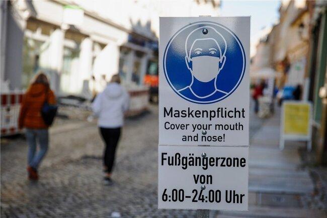 """An einem Ende der Fußgängerzone Buchholzer Straße in Annaberg steht der Hinweis auf die Maskenpflicht noch, am """"Erzhammer"""" wurde das Schild gestohlen. Kontrollen der Maskenpflicht gab es in dem Bereich noch keine."""