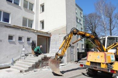 Polier Mike Voigt von der SUD Ingenieur- und Baugesellschaft mbH aus Aue erledigt derzeit mit seinen Männern den Umbau des Eingangsbereiches am Wohnhaus Erzstraße 2 in Schwarzenberg-Heide.