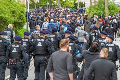 """Die Polizei begleitete den """"Montagsspaziergang"""" in Zwönitz kurze Zeit und stoppte ihn dann."""