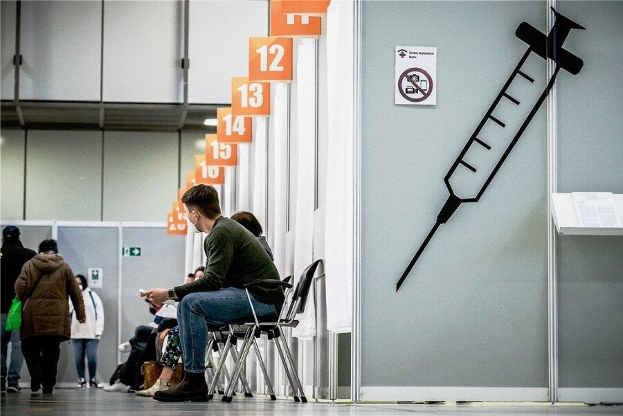 Warten auf die Spritze in einem Berliner Impfzentrum. Die derzeit noch geltende Priorisierung bei den Corona-Impfungen soll spätestens im Juni aufgehoben werden.