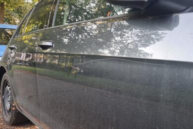 Unbekannte Täter haben in der Nacht zum Sonntag in Zwickau und Wilkau-Haßlau etwa 50 Autos und Krads beschädigt.