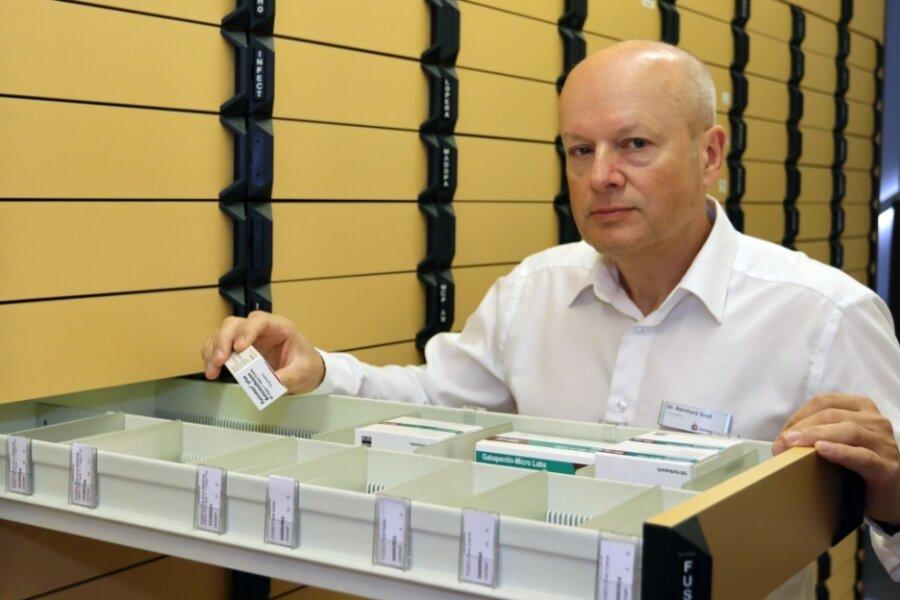 Inhaber Reinhard Groß sucht in der Schiller-Apotheke Medikamente aus einer der langen Schubladen heraus - vielleicht zum letzten Mal. Ab Freitag bleibt die Apotheke in der Nordvorstadt geschlossen.