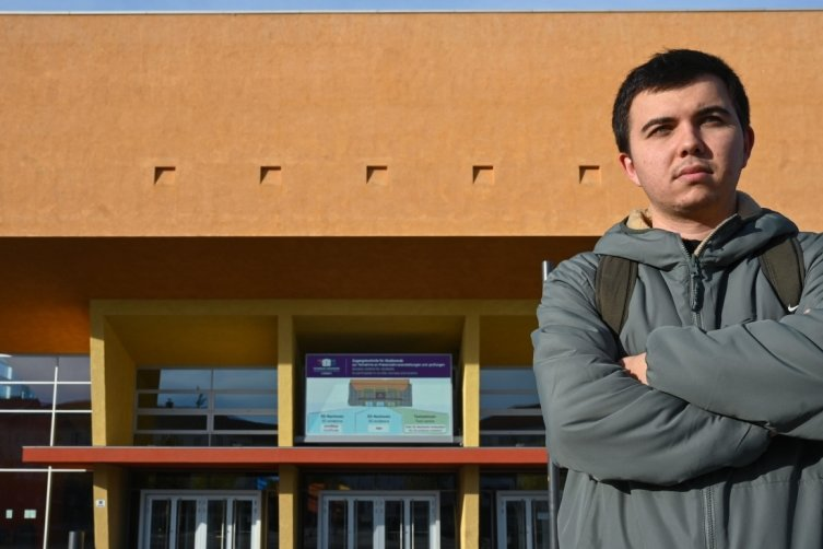 Özkan Yilmaz studiert für ein Semester an der TU Chemnitz. Das zentrale Hörsaalgebäude hinter ihm kennt er leider nur von außen.