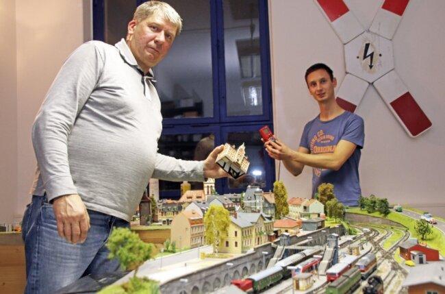 Mike Grohmann (l.) und Richard Braunschmidt basteln an der TT-Anlage des Freiberger Modelleisenbahnclubs. Der sonst rege Austausch im Club kann derzeit nicht stattfinden.