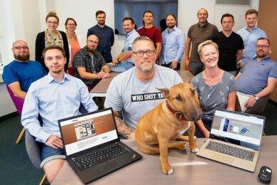 Das ist die nicht ganz vollständig versammelte Truppe der bisherigen Kamasys-Mitarbeiter in Plauen. Der Hund auf dem Schreibtisch ist Carlos, laut Homepage der Pausenclown. Sein Herrchen, Marketingchef Ronald Geißler (vorn Mitte), bringt den Vierbeiner mit ins Büro.