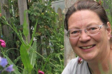 Kathrin Hellmig in ihrem Hortus-Netzwerk-Garten inmitten von Natternkopf und Wiesenwitwenblumen.