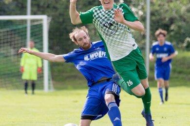 Offener Schlagabtausch: Langhennersdorfs Nico Kindler setzt sich gegen den Rochlitzer Max Deitert durch und erzielt anschließend das 1:0 für seine Farben. Am Ende traf jedes Team dreimal.