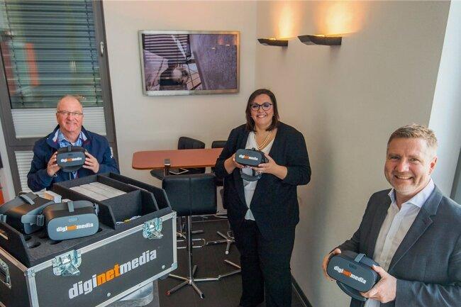 Zschorlaus Bürgermeister Wolfgang Leonhardt und Praxisberaterin Anne Gottschlich haben sich bei Andreas Weigel (von links) in der Firma Diginetmedia in Schneeberg die VR-Brillen für die Oberschule Zschorlau abgeholt.