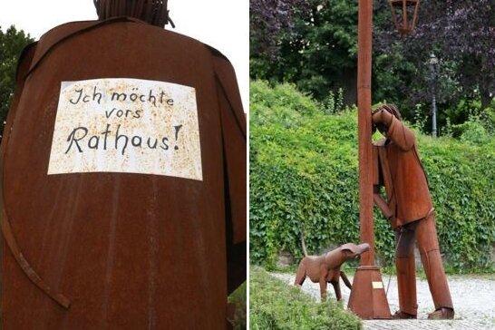Skulptur in Hohenstein-Ernstthal: Sollte der Mann vor dem Rathaus pinkeln?