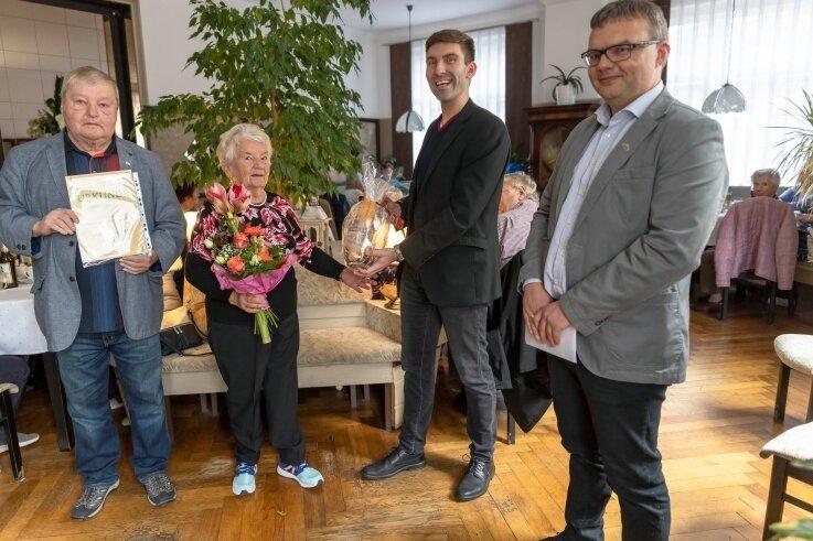 Stefan Mielke (links) und Andi Weinhold (2. von rechts) vom Verein zur Entwicklung der Region Annaberger Land überraschten mit Bürgermeister Silvio Wagner Katharina Stephan vom Seniorenclub.