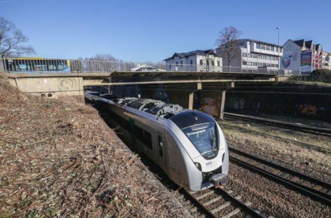 Die marode Brücke der Zschopauer Straße über die Bahngleise der Sachsen-Franken-Magistrale unweit des Südbahnhofs wird abgerissen und neu gebaut. Sie soll nach Fertigstellung erneut über vier Fahrspuren verfügen.