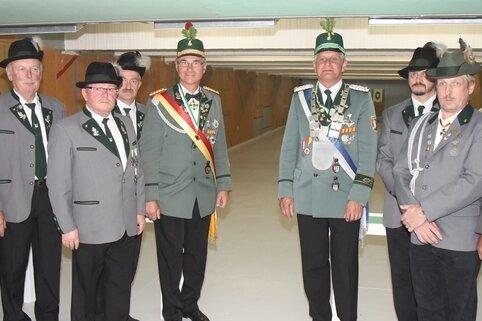 Gäste und Gastgeber an der neuen Schießbahn der Schützen des SV Schwarzenberg, die am Samstag eröffnet wurde.