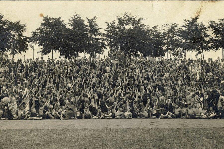 Individuen verschwinden im Riesenkörper: Massenfestspiele der Gewerkschaften in Leipzig in den 1920er-Jahren.