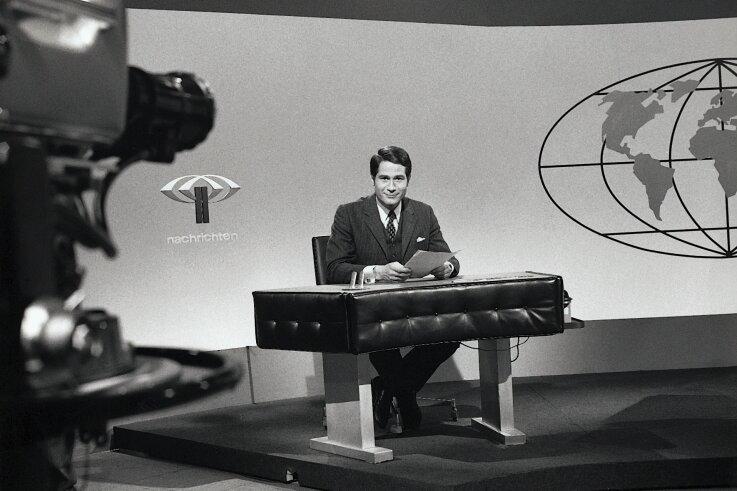 Der Nachrichtentisch in den 1960er-Jahren: Wie ein Keyboard mit Kabelsalat. Jochen Breiter verlas damals die ZDF-Nachrichten.