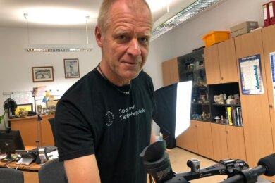 Professor Matthias Reich bei Dreharbeiten. Sein Büro am Campus ist quasi das Filmstudio. Die Kamera wurde vom Medienzentrum der Uni ausgeliehen.