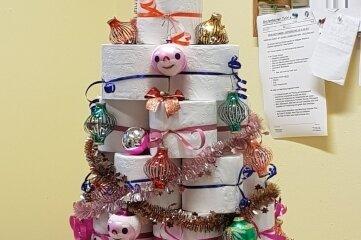 """Unter dem """"Trend-Weihnachtsbaum 2020"""" lagen die Überraschungen für die Tafel-Mitarbeiter."""